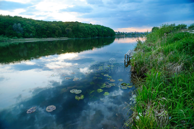 Θαυμάσιο ηλιοβασίλεμα πέρα από τη λίμνη στοκ εικόνα με δικαίωμα ελεύθερης χρήσης