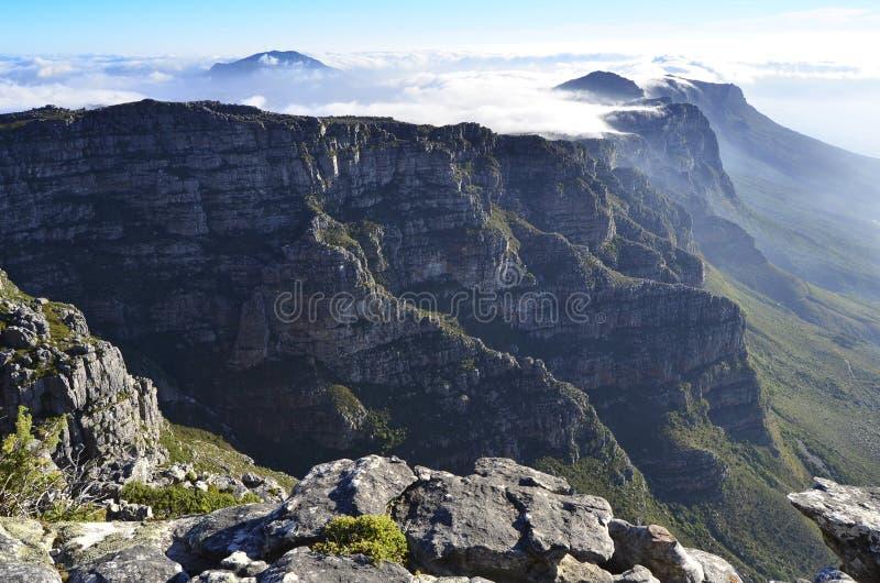Θαυμάσιο ηλιοβασίλεμα πέρα από το επιτραπέζιο βουνό στοκ εικόνα με δικαίωμα ελεύθερης χρήσης