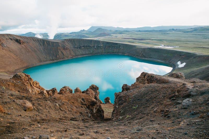 θαυμάσιο ισλανδικό τοπίο με τη φυσική ηφαιστειακή λίμνη στοκ φωτογραφία