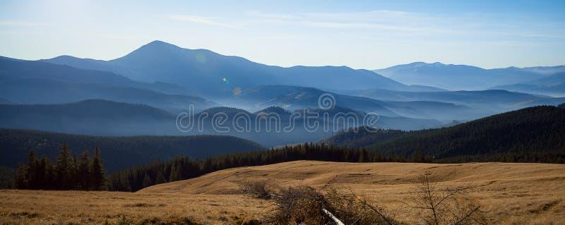 Θαυμάσιο Καρπάθιο τοπίο βουνών στην πανοραμική άποψη στοκ εικόνες