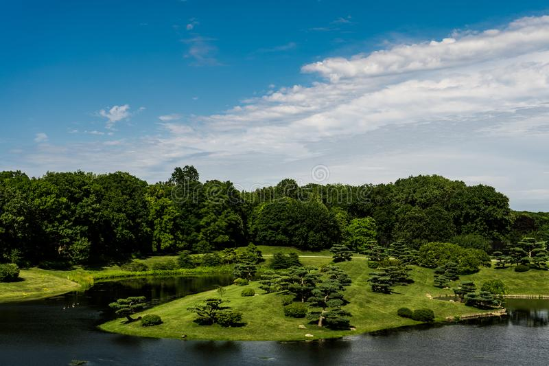 Θαυμάσιο πράσινο νησί μπλε ουρανού εικόνων τοπίων και όμορφα μικρά δέντρα στοκ φωτογραφίες με δικαίωμα ελεύθερης χρήσης