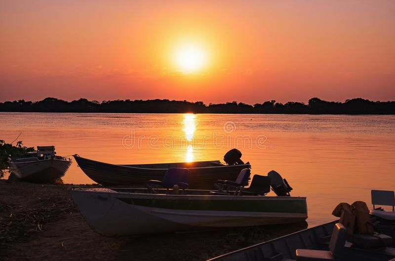 Θαυμάσιο τοπίο μιας σκιαγραφίας των βαρκών σε ένα καταπληκτικό ηλιοβασίλεμα στοκ φωτογραφίες με δικαίωμα ελεύθερης χρήσης