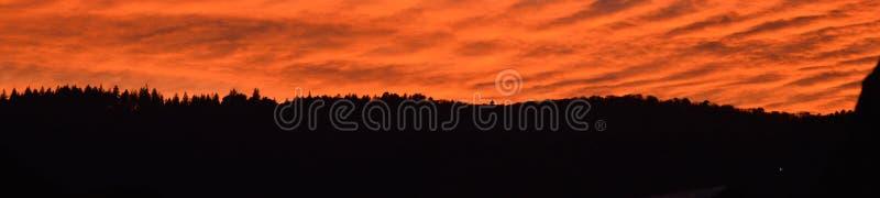 Θαυμάσιο τοπίο στο τέλος της ημέρας Ηλιοβασίλεμα στις κορυφογραμμές βουνών Όμορφο τοπίο με το φωτεινό κόκκινο χρώμα αίματος στοκ εικόνα με δικαίωμα ελεύθερης χρήσης