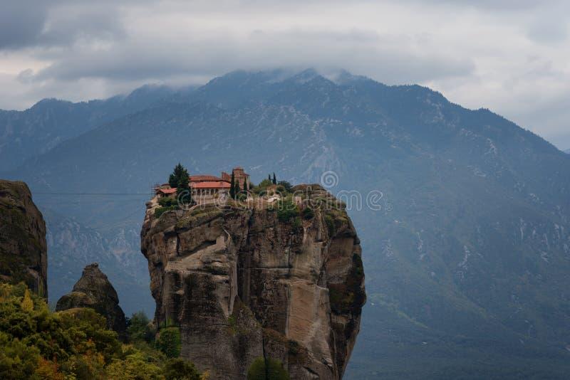 Θαυμάσιο τοπίο φθινοπώρου Ιερή τριάδα μοναστηριών, Meteora, Ελλάδα Περιοχή παγκόσμιων κληρονομιών της ΟΥΝΕΣΚΟ Επικό τοπίο με το ν στοκ εικόνα με δικαίωμα ελεύθερης χρήσης