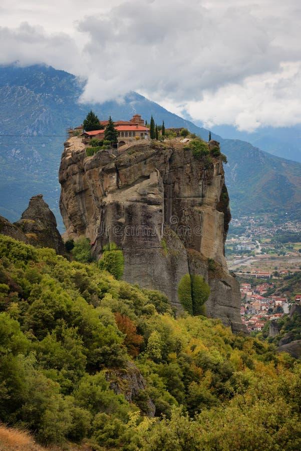 Θαυμάσιο τοπίο φθινοπώρου Ιερή τριάδα μοναστηριών, Meteora, Ελλάδα Περιοχή παγκόσμιων κληρονομιών της ΟΥΝΕΣΚΟ Επικό τοπίο με το ν στοκ εικόνες με δικαίωμα ελεύθερης χρήσης