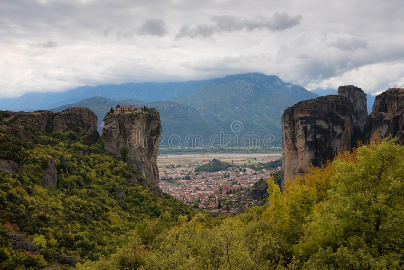 Θαυμάσιο τοπίο φθινοπώρου Ιερή τριάδα μοναστηριών, Meteora, Ελλάδα Περιοχή παγκόσμιων κληρονομιών της ΟΥΝΕΣΚΟ Επικό τοπίο με το ν στοκ φωτογραφία με δικαίωμα ελεύθερης χρήσης