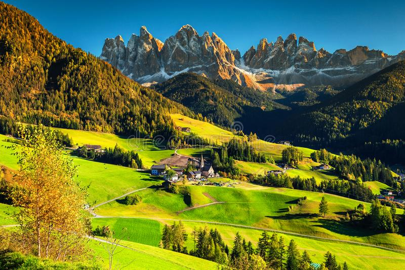 Θαυμάσιο τοπίο φθινοπώρου με το χωριό Santa Maddalena, δολομίτες, Ιταλία, Ευρώπη στοκ φωτογραφία