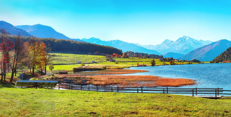 Θαυμάσιο φθινοπωρινό πανόραμα της λίμνης Haidersee Lago della Muta με κορυφή Ortler στο παρασκήνιο στοκ εικόνες με δικαίωμα ελεύθερης χρήσης