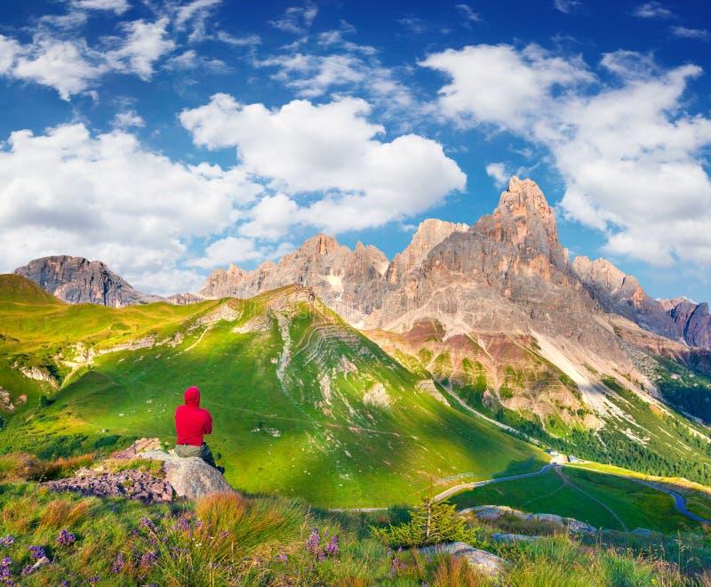 Θαυμασμός ορειβατών του τοπίου Pale Di SAN Martino στοκ εικόνα