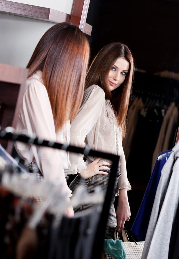 Θαυμασμός της ομορφιάς της στον καθρέφτη στο κατάστημα στοκ φωτογραφίες