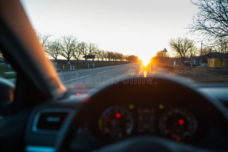 Θαυμασμός του ηλιοβασιλέματος μέσω του παραθύρου αυτοκινήτων στοκ φωτογραφία με δικαίωμα ελεύθερης χρήσης