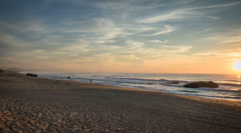 Θαυμασμός του φυσικού ηλιοβασιλέματος στο μπλε κίτρινο πορτοκαλί υπόβαθρο ουρανού στην ατλαντική ακτή, capbreton στοκ εικόνες με δικαίωμα ελεύθερης χρήσης