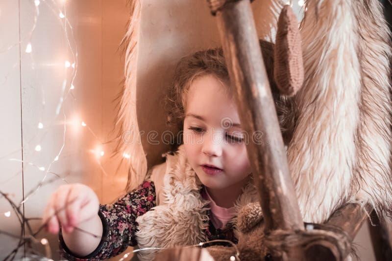 Θαύματα Χριστουγέννων για το παιδί Το μικρό κορίτσι στοκ φωτογραφία