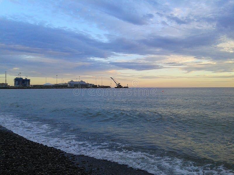 Θαλάσσιος λιμένας Sochi, θάλασσα και σύννεφα στο ηλιοβασίλεμα στοκ φωτογραφίες