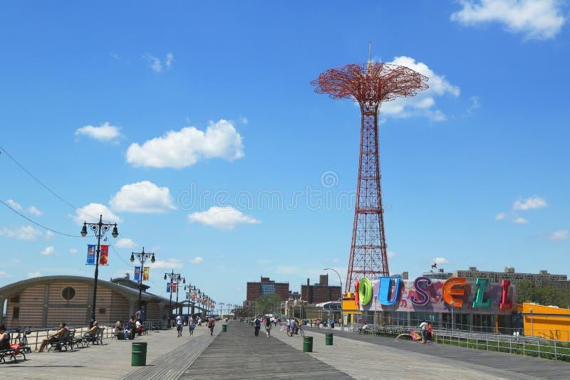 Θαλάσσιος περίπατος Coney Island, πύργος άλματος αλεξίπτωτων και αποκατεστημένο ιστορικό ιπποδρόμιο B&B στο Μπρούκλιν στοκ εικόνα