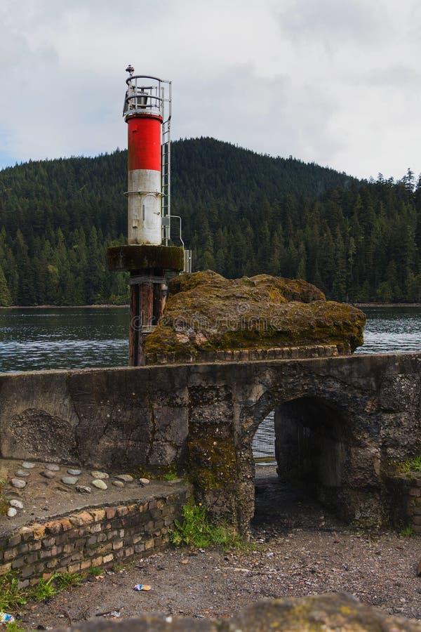 Θαλάσσιος φάρος πάρκων Barnet και παλαιά λείψανα πριονιστηρίων στοκ φωτογραφία