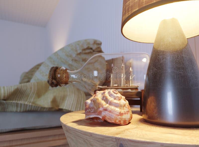 Θαλασσινό κοχύλι στην εσωτερική σκηνή με το λαμπτήρα και σκάφος στο μπουκάλι στοκ φωτογραφία