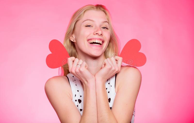 Θα είμαι ο βαλεντίνος σας Ρομαντικός χαιρετισμός Πωλήσεις ημέρας βαλεντίνων γυναίκα με τη διακοσμητική καρδιά ημερομηνία ευτυχής  στοκ εικόνες