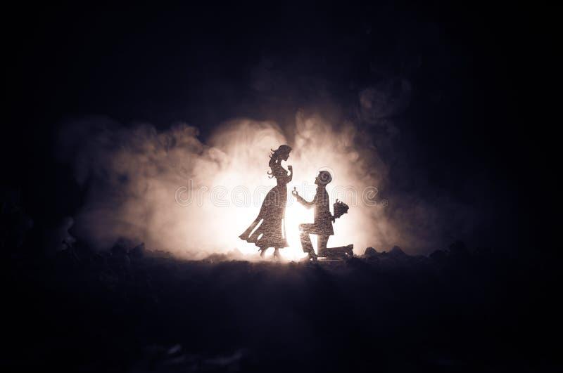 Θα με παντρεψετε; Σκιαγραφία του νεαρού άνδρα που μένει στο γόνατο και που κάνει την πρόταση για το καλό κορίτσι του στην παραλία στοκ εικόνα με δικαίωμα ελεύθερης χρήσης