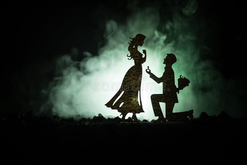 Θα με παντρεψετε; Σκιαγραφία του νεαρού άνδρα που μένει στο γόνατο και που κάνει την πρόταση για το καλό κορίτσι του στην παραλία στοκ φωτογραφίες με δικαίωμα ελεύθερης χρήσης