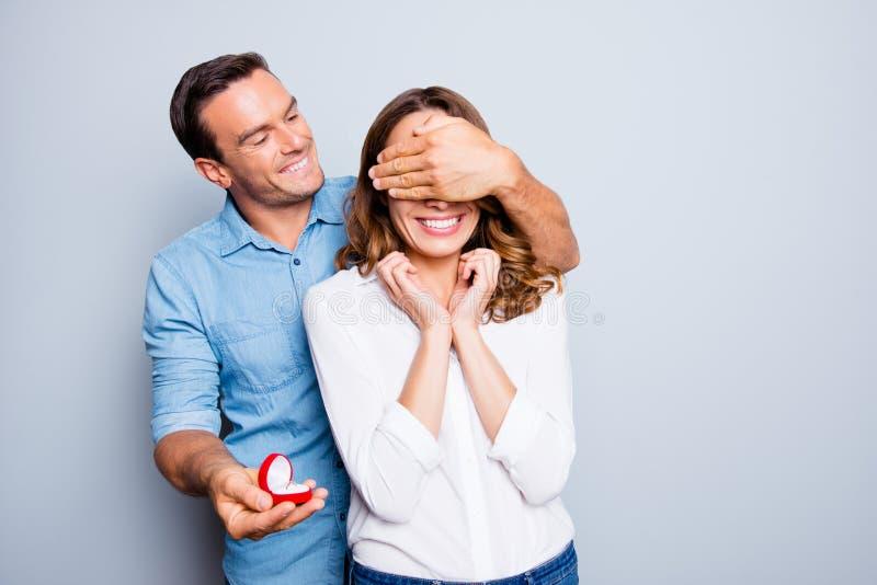 Θα με παντρεψετε; Όμορφο άτομο με τη σκληρή τρίχα στο maki πουκάμισων τζιν στοκ φωτογραφία με δικαίωμα ελεύθερης χρήσης