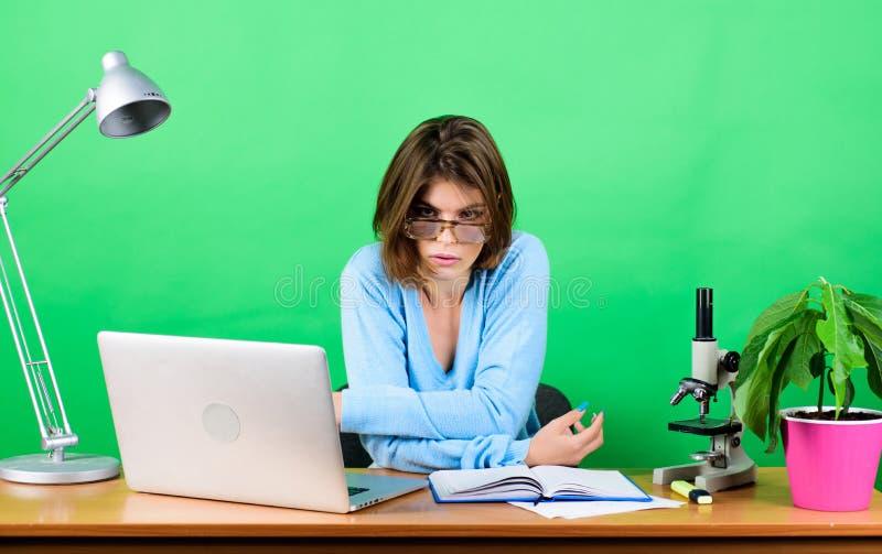 Θα σας συνδέσω στο λεπτό Στοιχεία και πληροφορίες γυναίκα 2 επιχειρήσεων βιολόγος φαρμακοποιών με το microscop κουρασμένος στοκ εικόνες