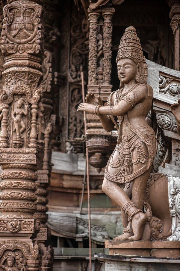 Θεά-Θεά, άγαλμα του ξύλου, εξωτερική αρχιτεκτονική, Ιερό της Αλήθειας, Ταϊλάνδη στοκ εικόνα