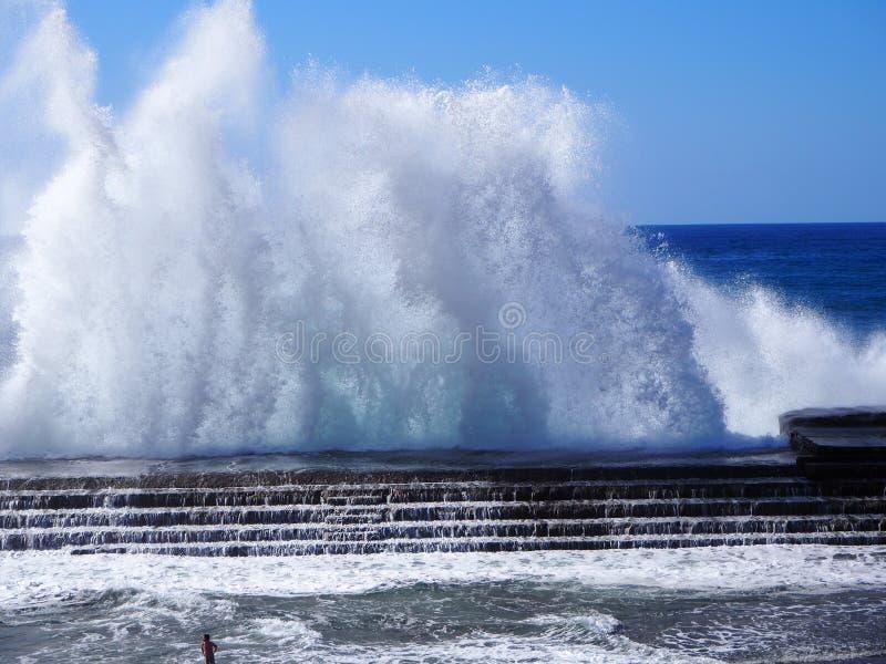 Θεαματικά ισχυρά ωκεάνια κύματα που σπάζουν σε Bajamar Tenerife στοκ εικόνες