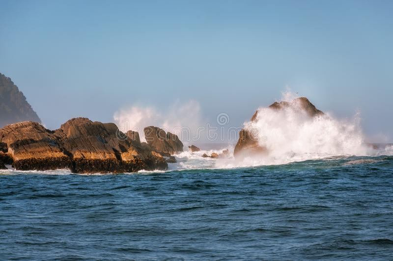 Θεαματικά κύματα που συνθλίβουν στους βράχους στο υγιές φιορδ ο Milford στοκ φωτογραφία με δικαίωμα ελεύθερης χρήσης