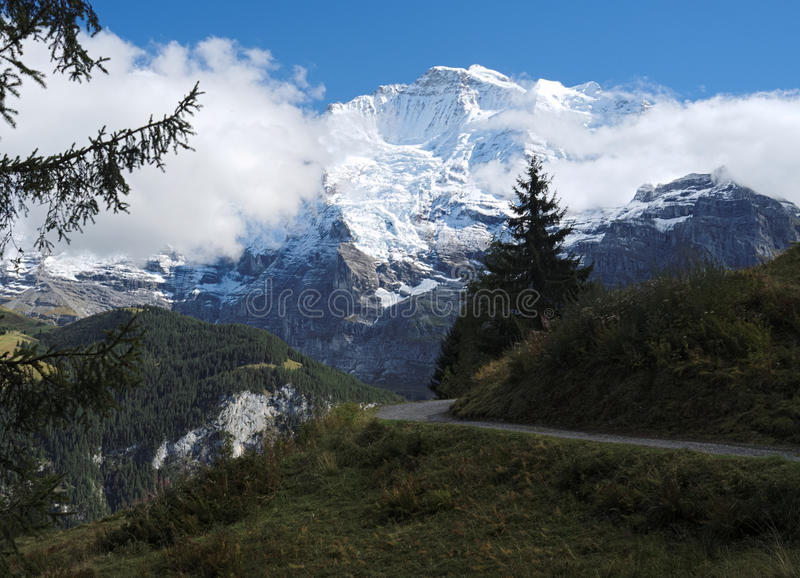Θεαματικές θέες βουνού κοντά στην πόλη της Murren (Berner Oberland, Ελβετία) στοκ εικόνα