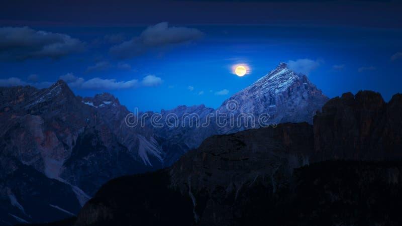 Θεαματική άνοδος φεγγαριών στα βουνά στοκ εικόνες
