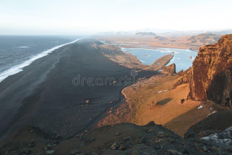 θεαματική άποψη από τον απότομο βράχο στον όμορφους ωκεανό και την ακτή, vik dyrholaey, reynisfjara στοκ εικόνες με δικαίωμα ελεύθερης χρήσης