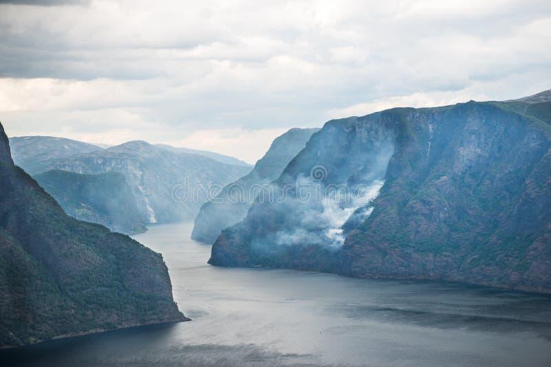 θεαματική άποψη της θάλασσας και Aurlandsfjord από την άποψη Stegastein στοκ εικόνες