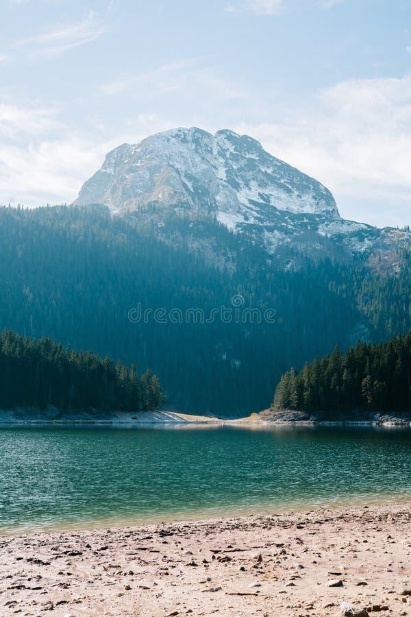 Θεαματική άποψη τη λίμνη και τους λόφους του βουνού που καλύπτονται σχετικά με στο χιόνι στοκ φωτογραφία με δικαίωμα ελεύθερης χρήσης