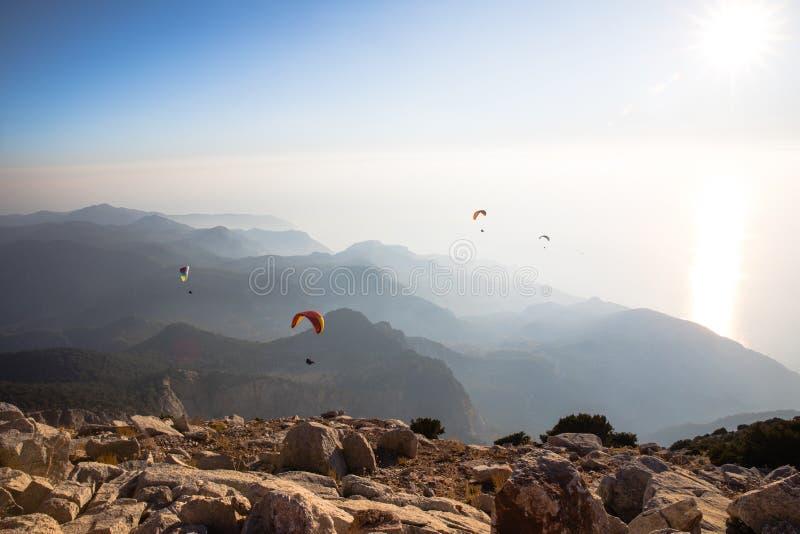 θεαματική άποψη των ανεμόπτερων στον ουρανό πέρα από τα δύσκολα βουνά, στοκ εικόνες με δικαίωμα ελεύθερης χρήσης