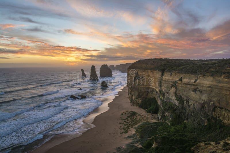 Θεαματική άποψη των δώδεκα αποστόλων στο ηλιοβασίλεμα Μεγάλος ωκεάνιος δρόμος, Βικτώρια, Αυστραλία στοκ εικόνα