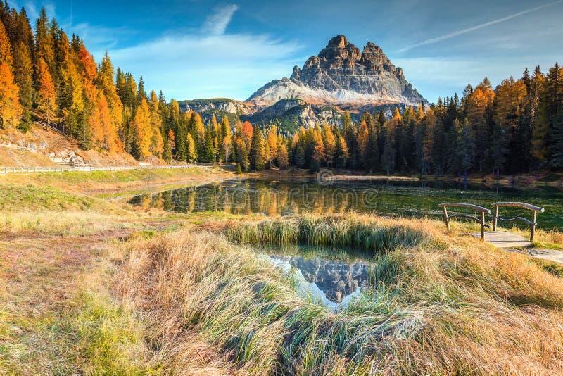 Θεαματική αλπική λίμνη με τις υψηλές αιχμές στο υπόβαθρο, δολομίτες, Ιταλία στοκ φωτογραφία με δικαίωμα ελεύθερης χρήσης