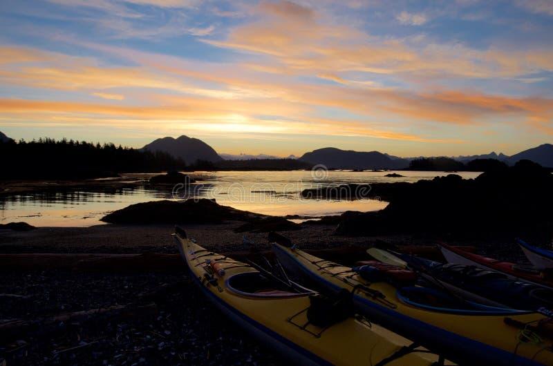 Θεαματική ανατολή που βλέπει από το νησί ανοίξεων με τα καγιάκ στο πρώτο πλάνο στοκ εικόνες