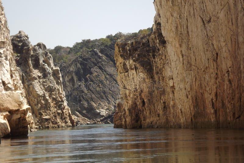 Θεαματική υδάτινη οδός που περιβάλλεται από τους βράχους και στις δύο πλευρές στοκ εικόνες