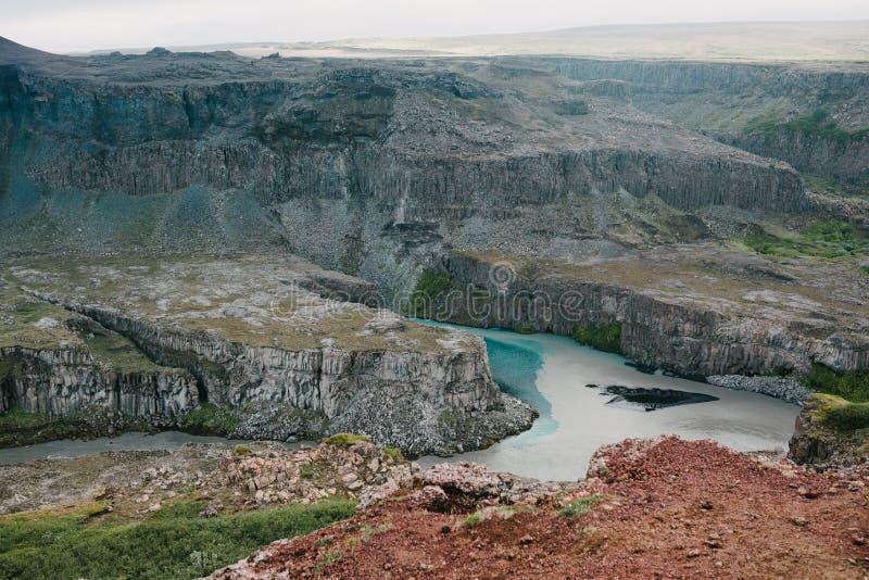 θεαματική φυσική άποψη των δύσκολων βουνών και του ποταμού στοκ φωτογραφίες με δικαίωμα ελεύθερης χρήσης