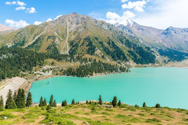 Θεαματική φυσική μεγάλη λίμνη του Αλμάτι, βουνά στο Αλμάτι, Καζακστάν, Ασία στο καλοκαίρι στοκ εικόνα