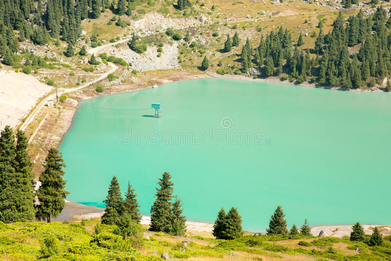Θεαματική φυσική μεγάλη λίμνη του Αλμάτι, βουνά της Τιέν Σαν στο Αλμάτι, Καζακστάν, Ασία στοκ εικόνα
