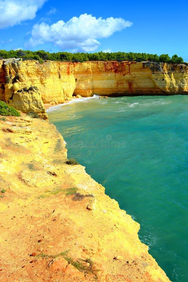 Θεαματικοί σχηματισμοί βράχου στην παραλία Benagil στην ακτή του Αλγκάρβε στοκ εικόνες με δικαίωμα ελεύθερης χρήσης