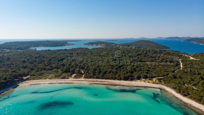 Θεαματικό εναέριο τοπίο θάλασσας της αμμωδών ακτής και του κρυστάλλου - καθαρίστε το νερό στοκ εικόνα