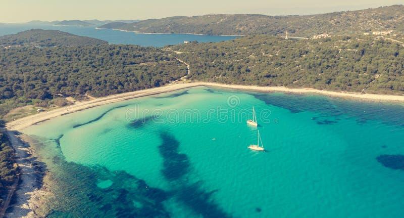 Θεαματικό εναέριο τοπίο θάλασσας της αμμωδών παραλίας και του κρυστάλλου - καθαρίστε το νερό στοκ εικόνα