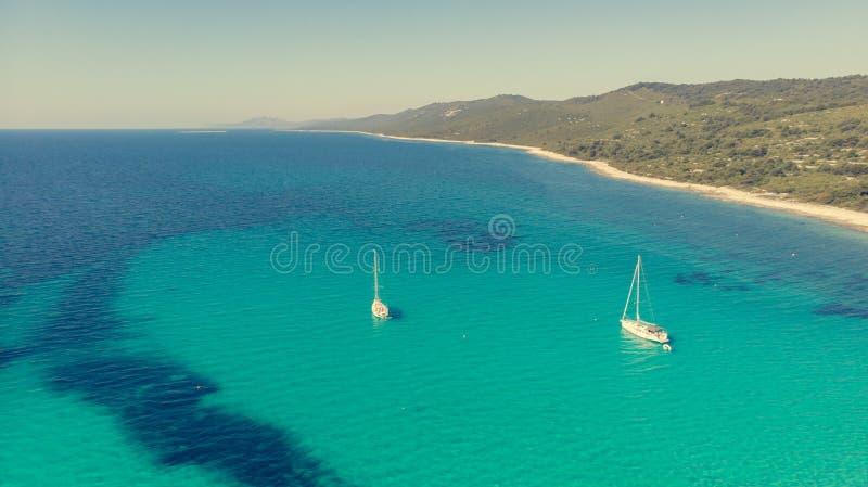 Θεαματικό εναέριο τοπίο θάλασσας της αμμωδών παραλίας και του κρυστάλλου - καθαρίστε το νερό στοκ εικόνα με δικαίωμα ελεύθερης χρήσης