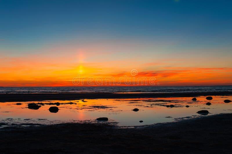 Θεαματικό ηλιοβασίλεμα καλοκαιριού στην παραλία της θάλασσας της Βαλτικής δραματικός ουρανός στοκ φωτογραφία με δικαίωμα ελεύθερης χρήσης