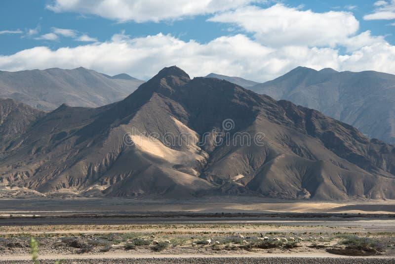 Θεαματικό τοπίο βουνών στο οδοιπορικό στρατόπεδων βάσεων ορών Έβερεστ μέσω του Ιμαλαίαυ στοκ φωτογραφία με δικαίωμα ελεύθερης χρήσης