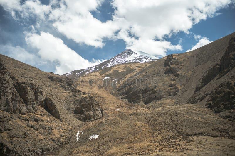 Θεαματικό τοπίο βουνών στο οδοιπορικό στρατόπεδων βάσεων ορών Έβερεστ μέσω του Ιμαλαίαυ, Νεπάλ στοκ εικόνες με δικαίωμα ελεύθερης χρήσης