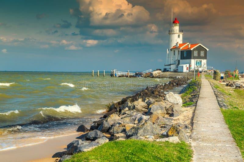 Θεαματικό seascape με το διάσημο φάρο σε Marken, Κάτω Χώρες, Ευρώπη στοκ εικόνα με δικαίωμα ελεύθερης χρήσης
